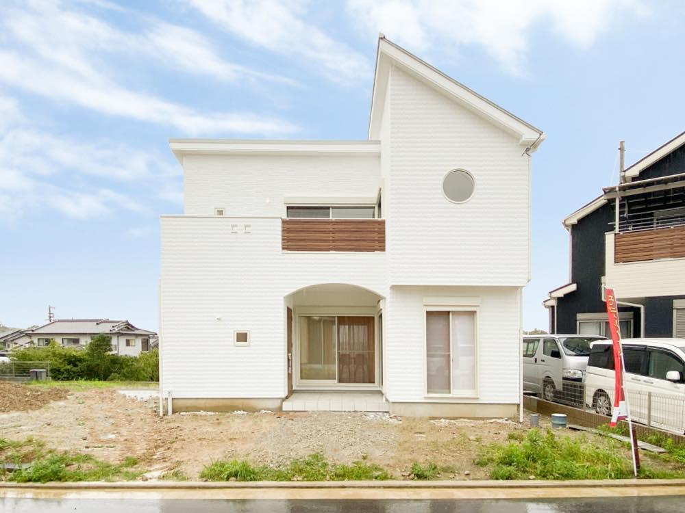 ルミナージュ岸和田第3段モデルハウス_白を基調とした円窓が特徴的なお家